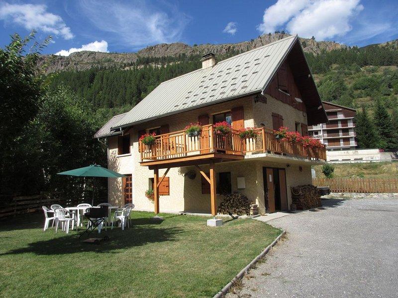 CHALET   DISCRETEMENT STYLISE MONTAGNE POUR 9 PERSONNES., location de vacances à Le Monetier-les-Bains