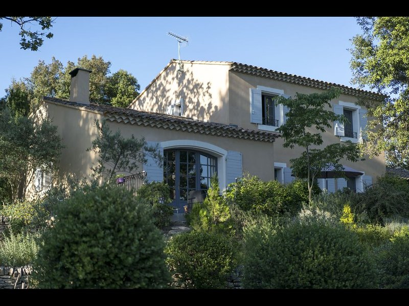 Spacieuse maison de charme au calme avec vue entre Ventoux et Luberon, holiday rental in L'Isle-sur-la-Sorgue