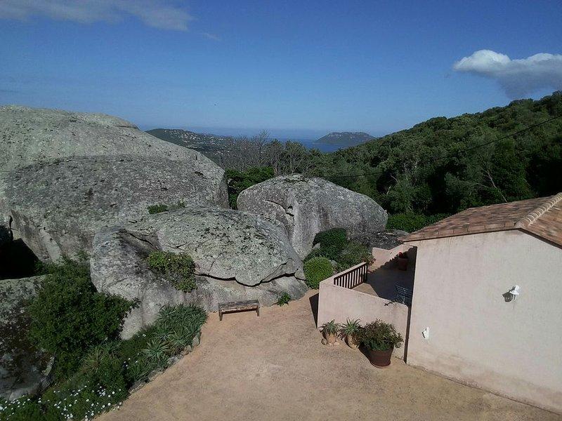Mini villa climatisée 21 m2 pour 1 couple, piscine , très belle vue, aluguéis de temporada em Porto-Vecchio