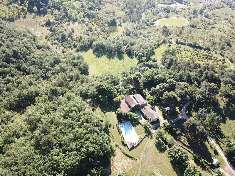 Une beau gîte spacieux, ouvert sur l´extérieur avec grande terrasse en bois, vacation rental in Serres