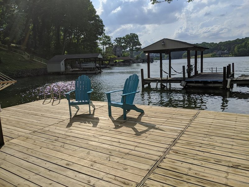 FAST Internet!! Spacious in private cove, level lot, party dock!, holiday rental in Moneta