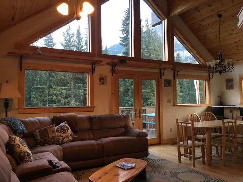 Cooke City Mountain House. Beautiful Views! 4 Miles to Yellowstone. WiFi, HDTV., location de vacances à Cooke City