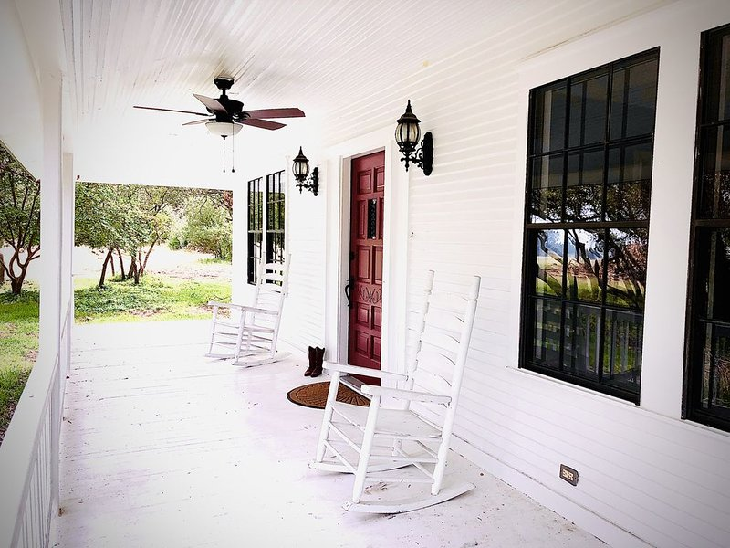 Quiet Farmhouse surrounded by 50 acres, holiday rental in Liberty Hill