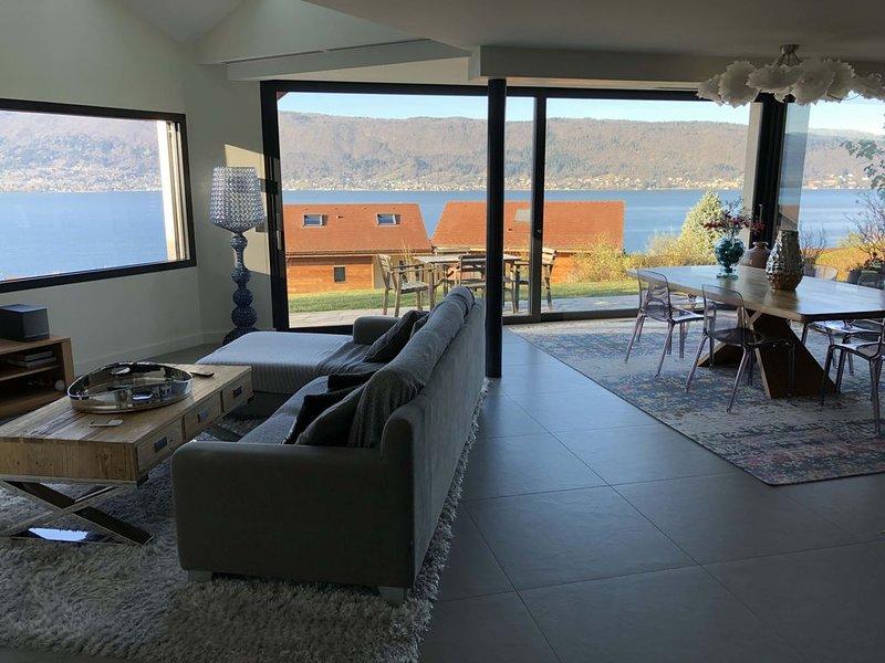 Villa contemporaine avec vue lac à 180°, location de vacances à Bluffy