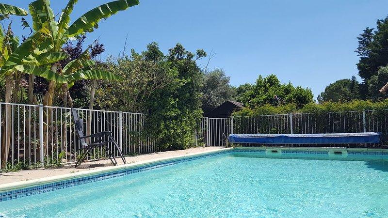 Petit paradis de 50m2 avec jardin privé et piscine partagé à 20 min des plages, holiday rental in Saint-Christol