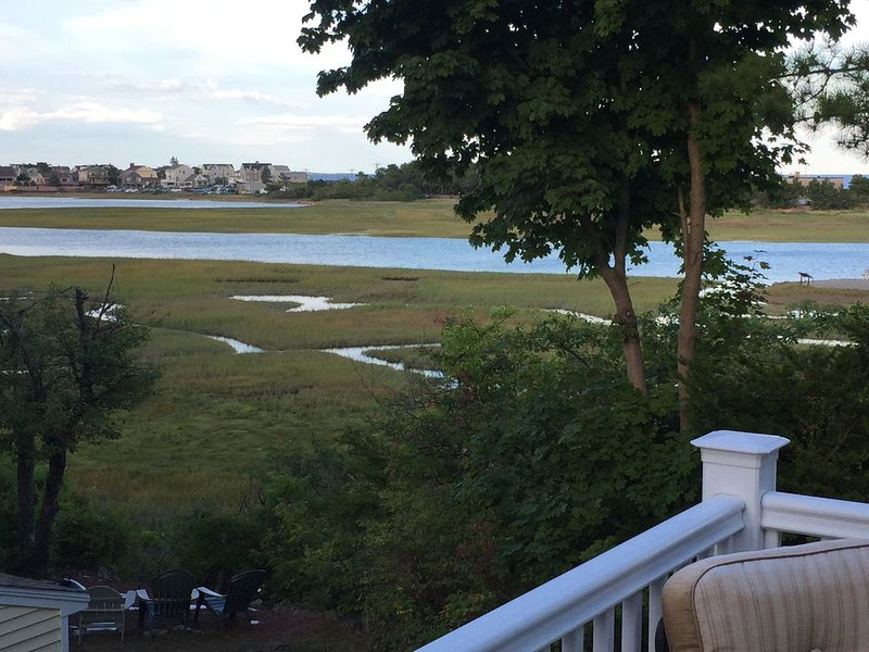4 Bedroom House with Ocean View. 3 Min. Walk to Beach!  Private back yard, holiday rental in Ogunquit