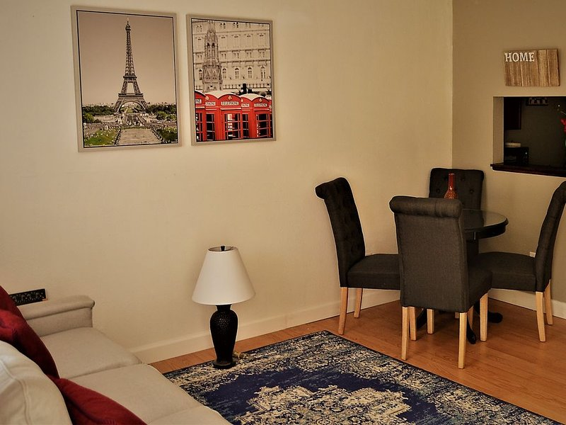 The well decorated apartment with modern furniture and amenities, Ferienwohnung in North Dakota