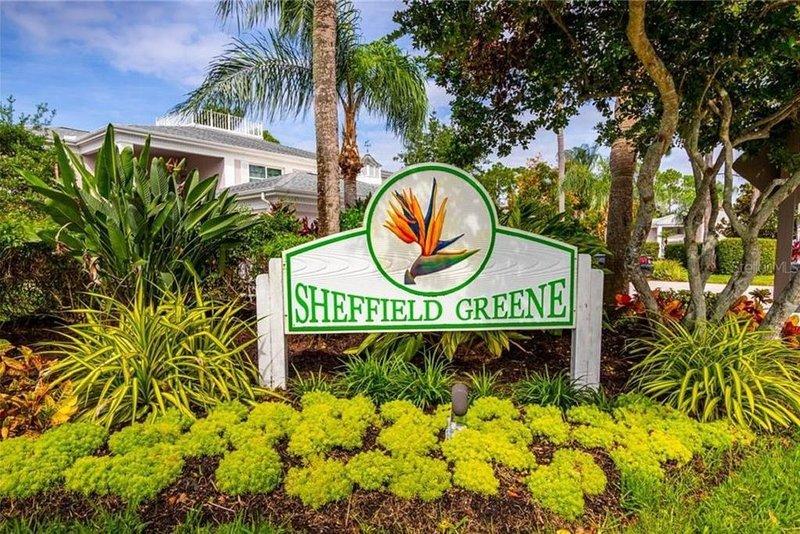 Spacious two bedroom, two bath condo, centrally located to amenities and beaches, aluguéis de temporada em Fruitville