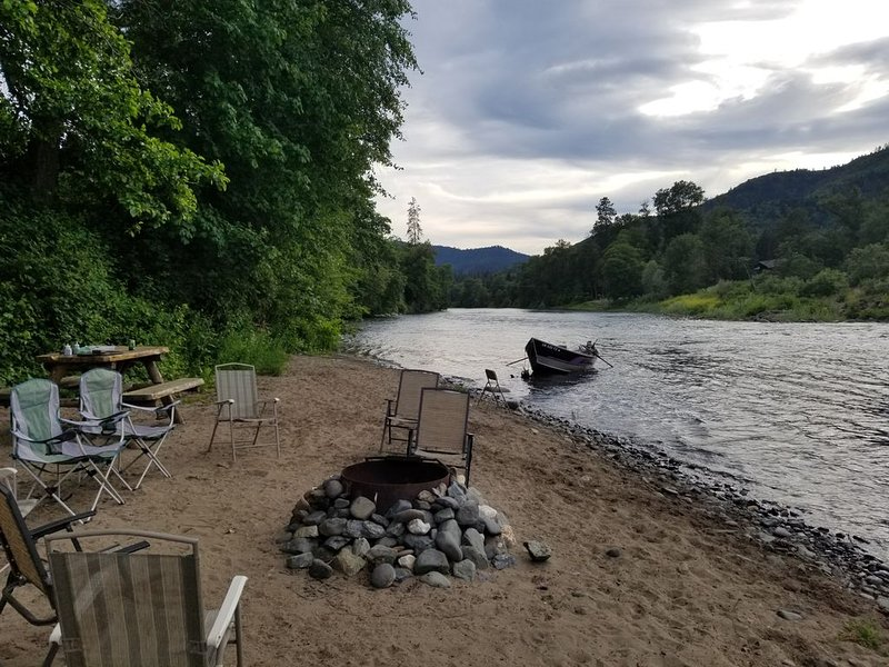 RIVER LIFE ON A WARM SANDY BEACH WALKING DISTANCE TO DOWNTOWN ROGUE RIVER., holiday rental in Grants Pass