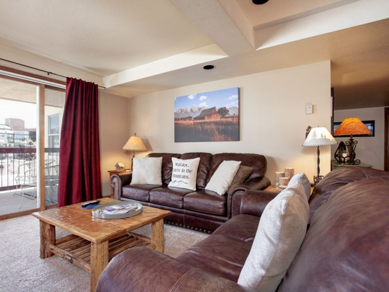Private corner condo w/ ski area views near the base, balcony, & shared pool, alquiler de vacaciones en Steamboat Springs