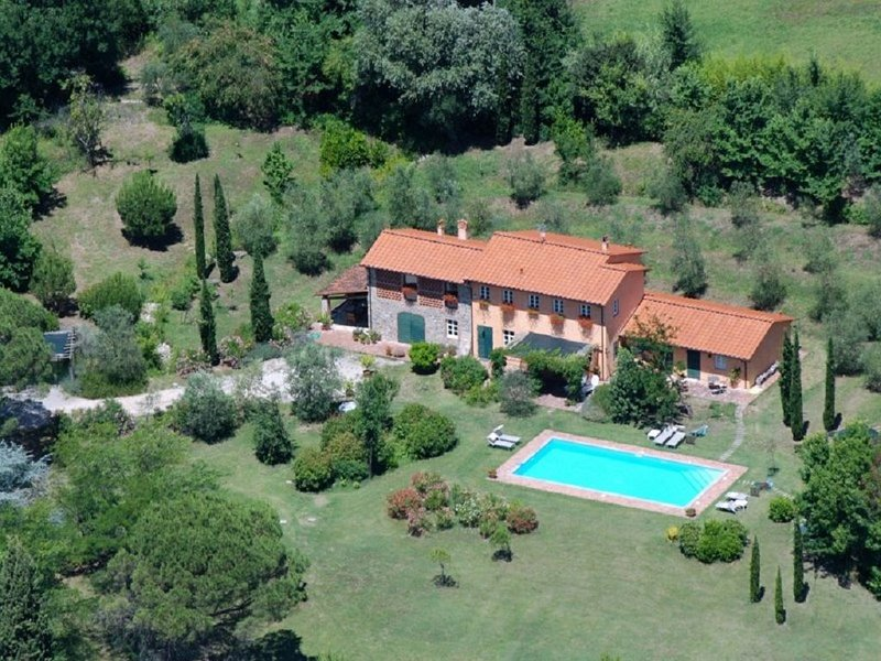 Traditional Tuscan villa with pool on the hills of Lucca, alquiler vacacional en Camigliano