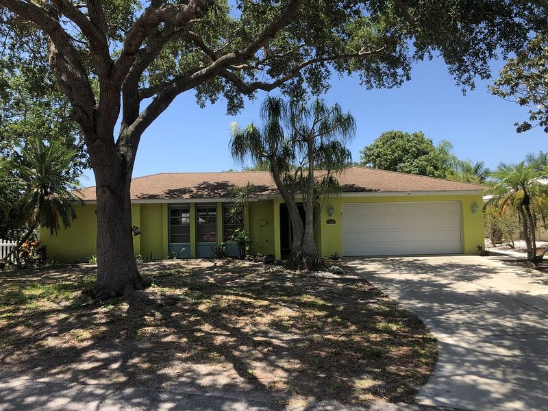 Waterfront 3 Bed / 2 Bath Pool Home Overlooking Lemon Bay with Boat Dockage, holiday rental in Englewood