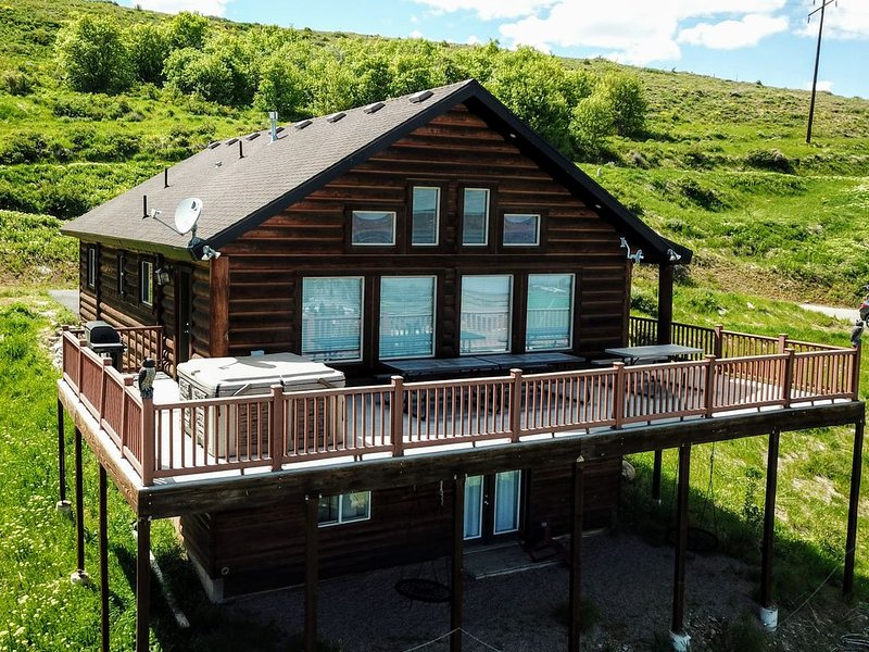Pet Friendly! Enjoy the views of Bear Lake from your private hot tub! – semesterbostad i Garden City