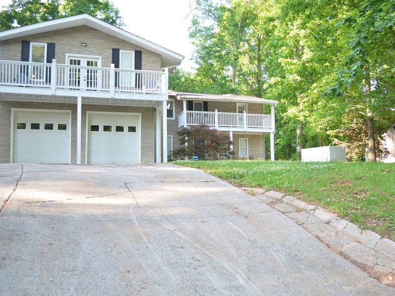Large House on the Lake (4BR), holiday rental in Cumming