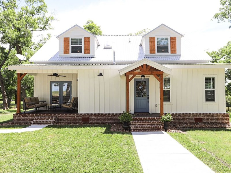 Remodeled early 1900's farmhouse!, vacation rental in Moulton
