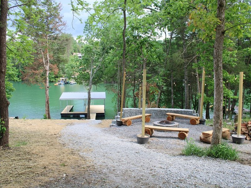 New rustic 5 BR lake house with dock, holiday rental in Caryville