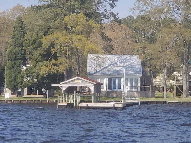 Modern Farmhouse Cottage on water with dock, holiday rental in Blounts Creek