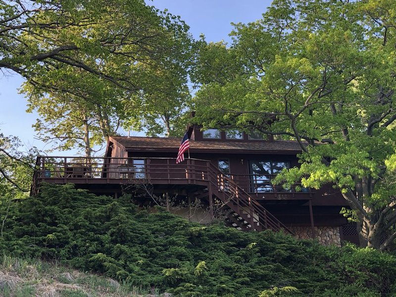 Golden Gate Cottage - 3bd/2bth-wooded retreat-lake views-decks-relaxation room!, holiday rental in Muskegon County