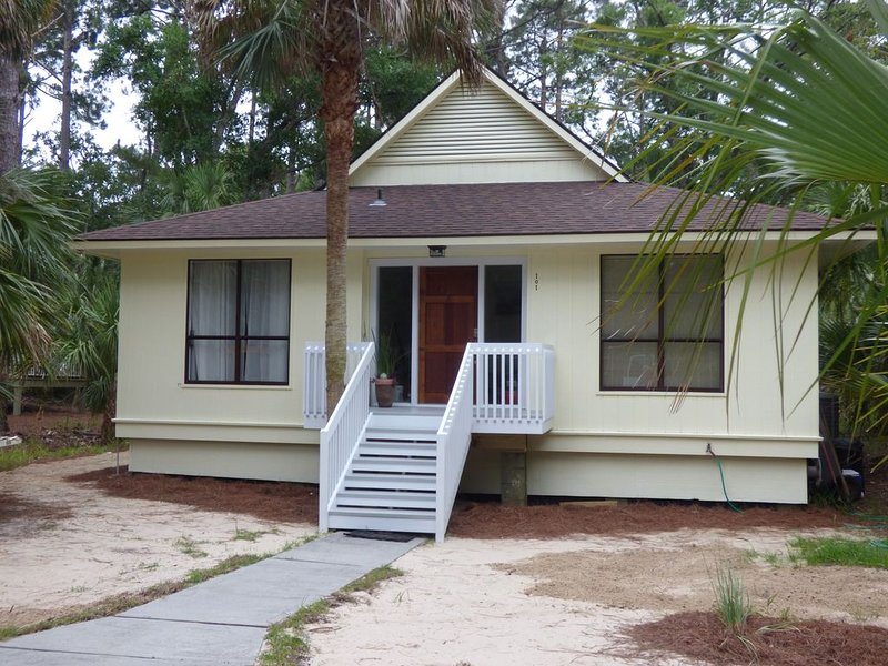 Cozy getaway, our 'nest on the marsh'.  Bike and golfcart to beaches and island., alquiler vacacional en Fripp Island