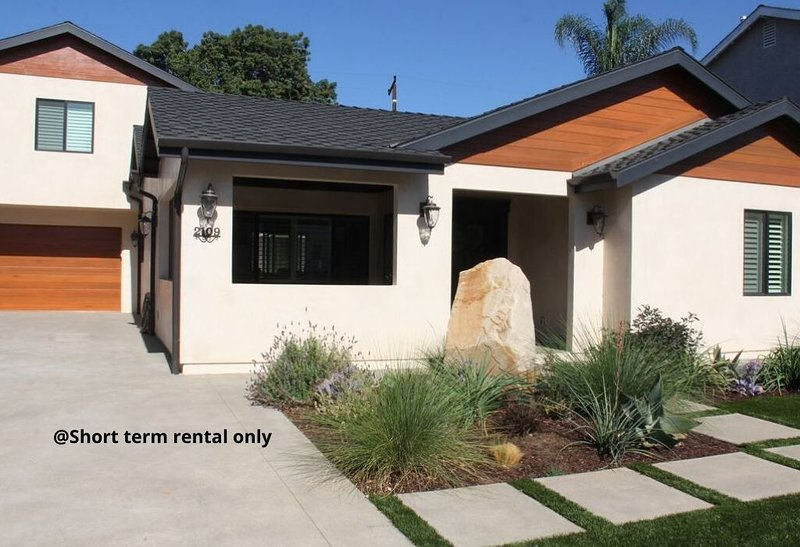 Brand new 1 bedroom apartment built above our garage, vacation rental in Costa Mesa