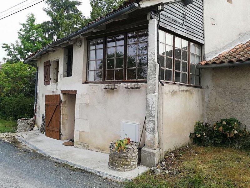 maison spacieuse avec  jardin piscine hors sol dans petit hameau tranquille, location de vacances à Bourdeilles