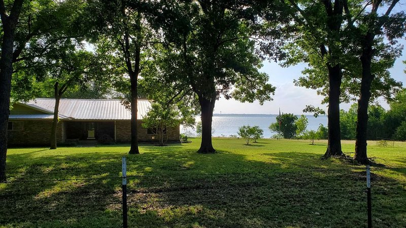 Paradise on the Lake with 2 acres of Lake Frontage and Access to the Lake, vacation rental in Princeton