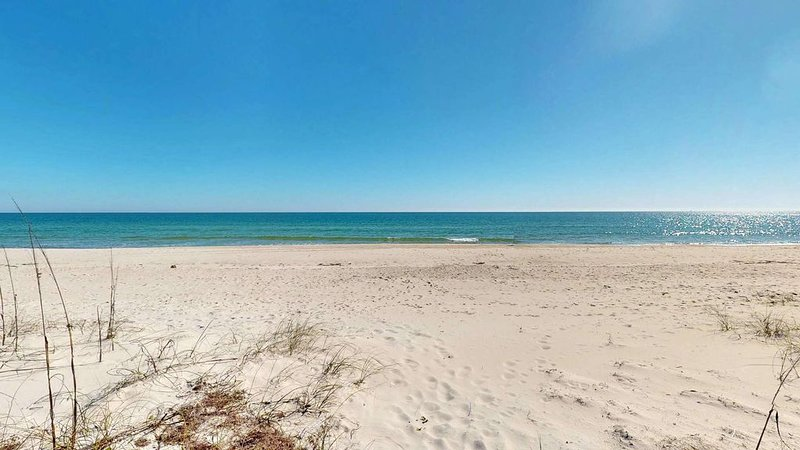 Coastal Living at it's finest! Beachfront bungalow w/2 masters, pet friendly!, holiday rental in Apalachicola