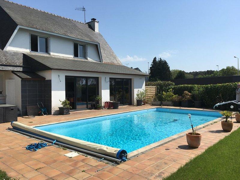 Maison de 8/9 couchages avec piscine et jardin idéalement située, location de vacances à Arradon