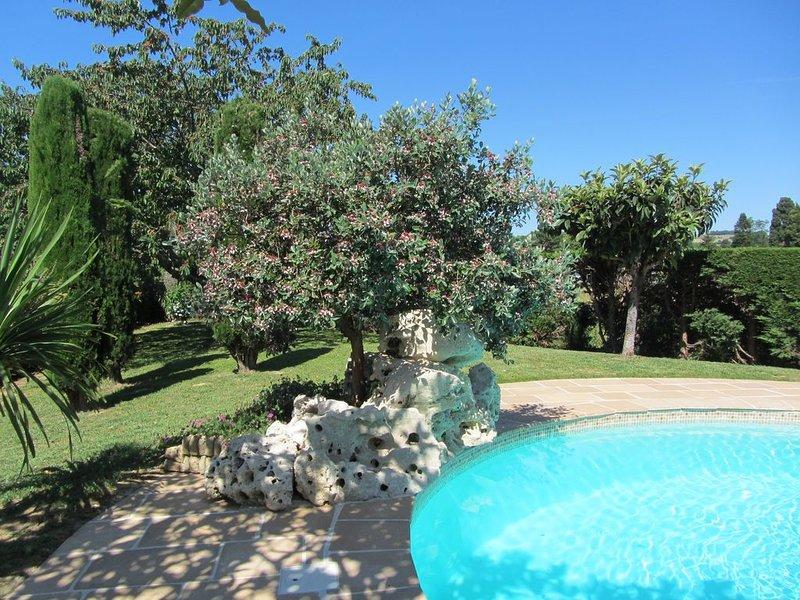 Belle maison indépendante rénovée avec piscine et grand jardin clos – semesterbostad i Feugarolles
