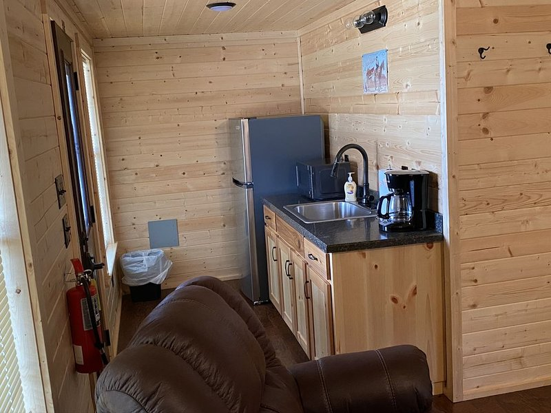 1 Bedroom Cabin w/Two Recliners, holiday rental in Hamilton
