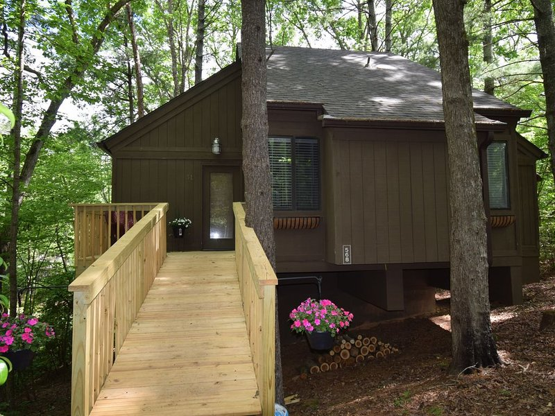 Par-Tee on the Lake-Best Location, vacation rental in Big Canoe