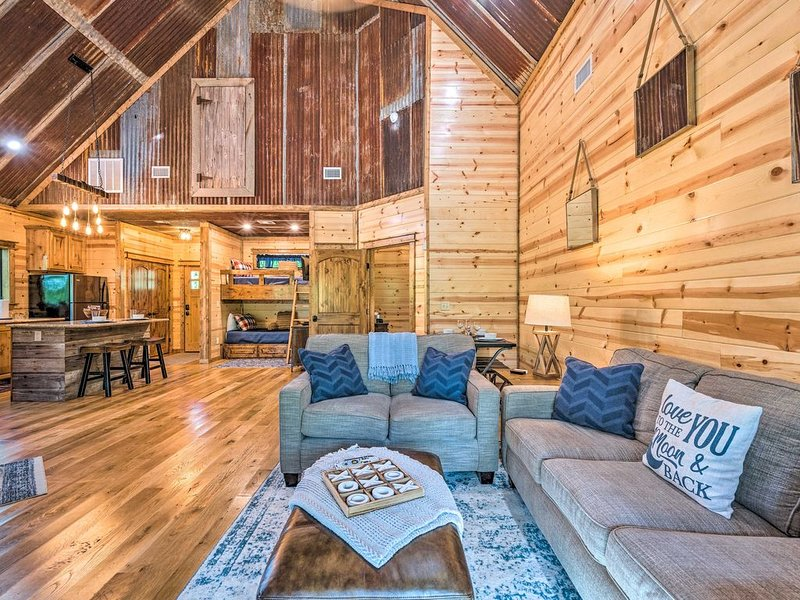 Secluded! Couples/Family Cabin, 1 BR: 1 Lux Bth: Bunkroom, Sleeps 4, Hot Tub, holiday rental in Broken Bow