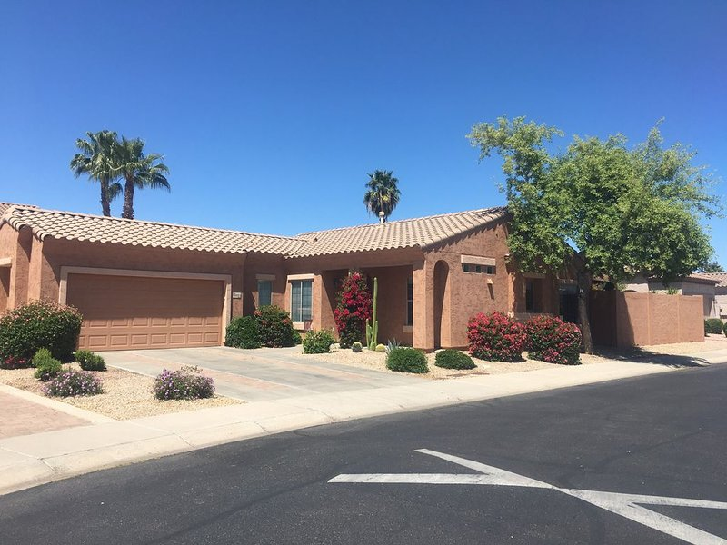 Beautiful home with pool - Cleaned, Sanitized, Golfing and Hiking Nearby, alquiler de vacaciones en Scottsdale
