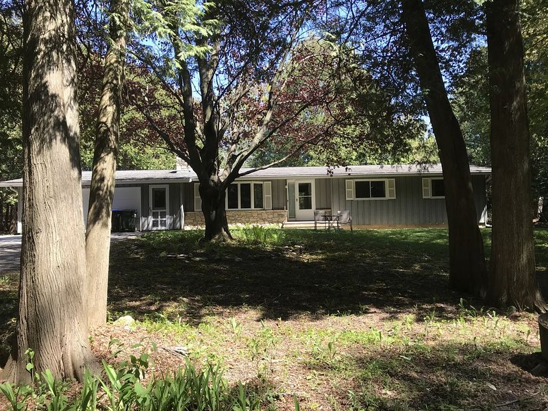 Welcome to your own private getaway!, holiday rental in Cedar River
