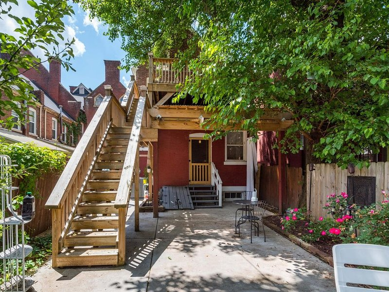 NEW! Old Louisville Stunner - INCREDIBLE Renovation! AWESOME OUTDOOR SPACE - 4 b, vacation rental in Pleasure Ridge Park