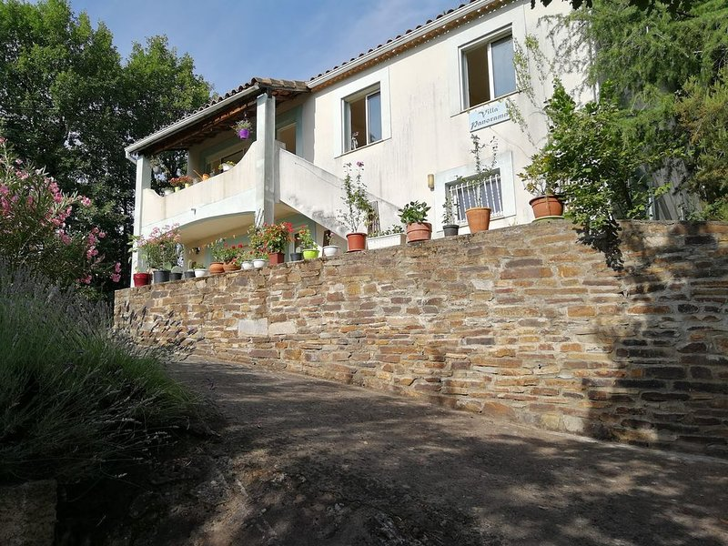 Spacious villa overlooking valley and mountains, close to spa town., aluguéis de temporada em Combes