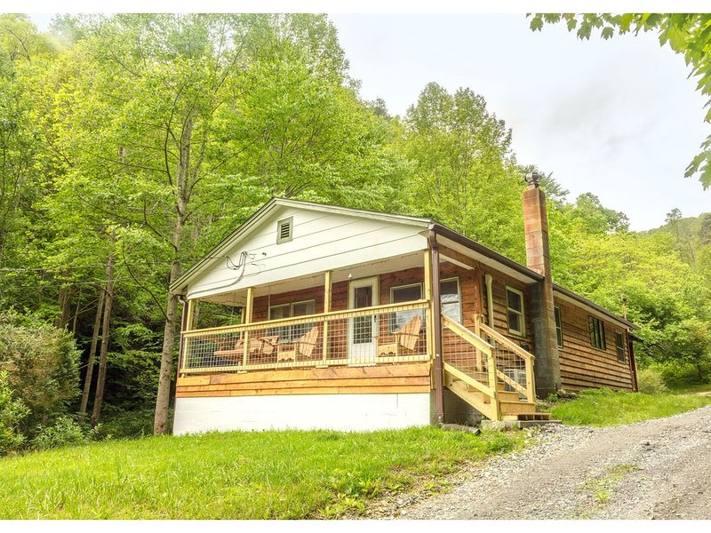 Camp Happy Mundo Private Cabin in the Appalachian Mountains, holiday rental in Marshall