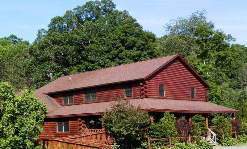 Beautiful Adirondack Lodge just 15 Minutes from Gore Mt ski area & Lake George, holiday rental in Riparius