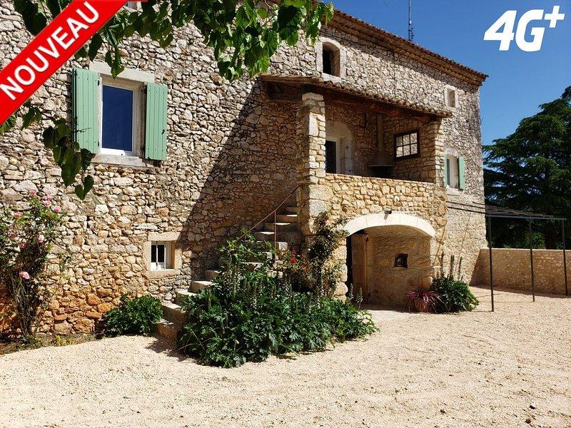 Dans Mas provençale, grande pièce voûtée aménagée, terrain & piscine privé, vacation rental in Goudargues