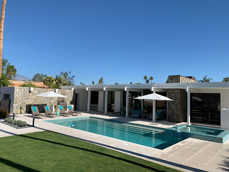 Desert Villa...Tennis Court, Pool/Spa, Southern Views & Electric Vehicle Charger, holiday rental in Indian Wells