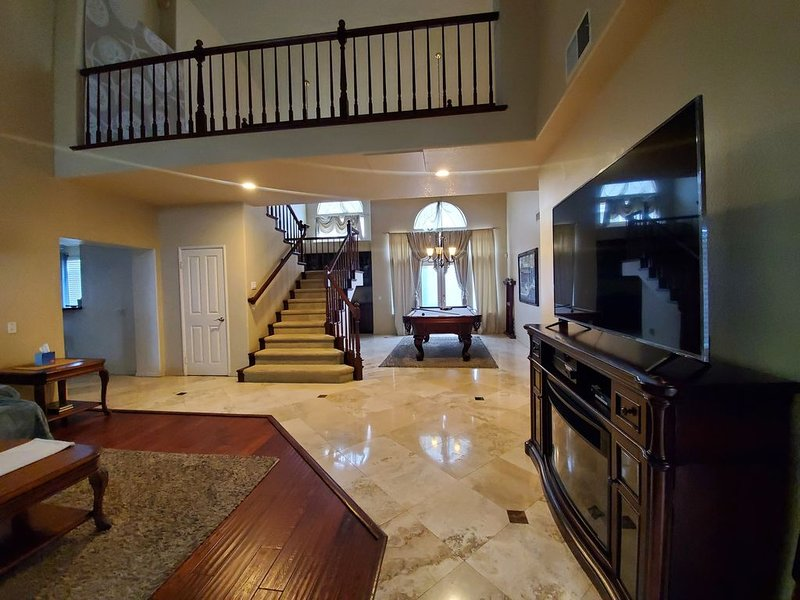 Spacious Luxury Home Hot Tub Billiards Beaches Nearby, holiday rental in Fountain Valley