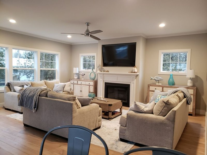 Beautiful brand new Lake House with beach access! Pet & Kid friendly!, holiday rental in Glenn