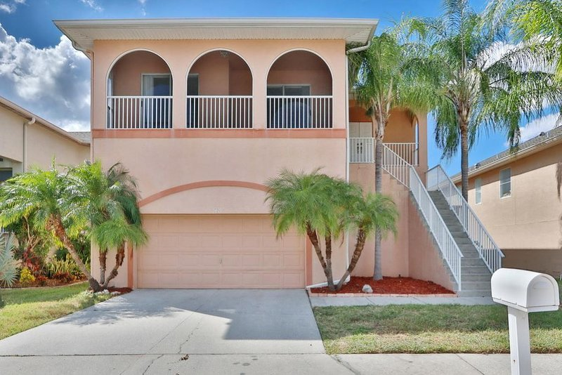 Waterfront Canal Home: Beaches Nearby , Private Pool, Dock, 6 Seat Golf Cart, alquiler de vacaciones en Port Richey