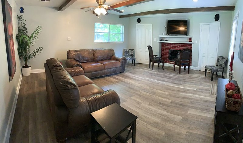 Authentic Home by Memorial City Mall and Memorial Hospital - West Houston, holiday rental in Jersey Village