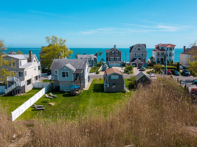 AIR-CONDITIONED Gorgeous Newly Renovated Home with an Oceanview and Beach Access, vacation rental in Madison