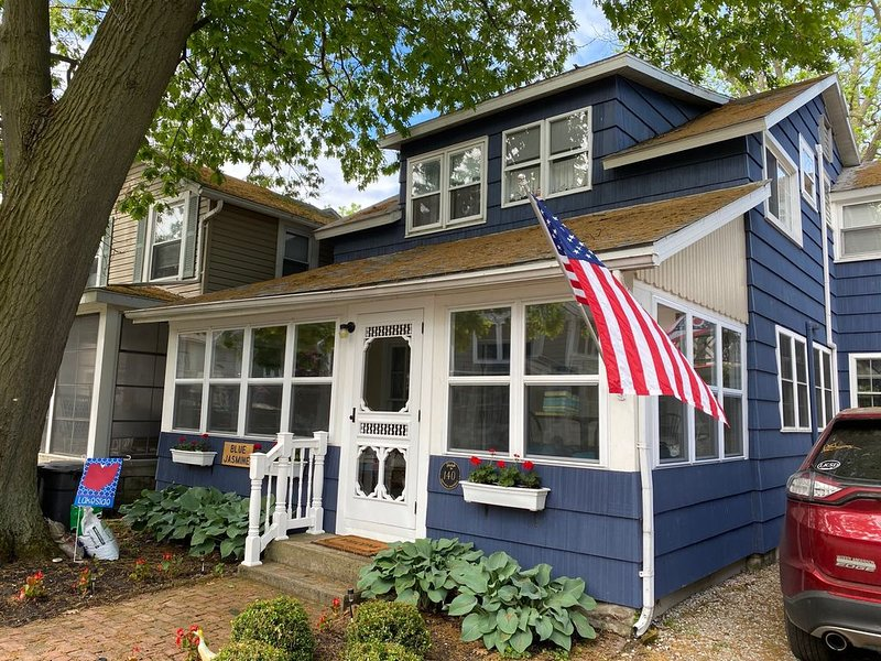 Charming Lakeside OH Cottage with Lake Views, steps to Park & Shopping, alquiler de vacaciones en Marblehead