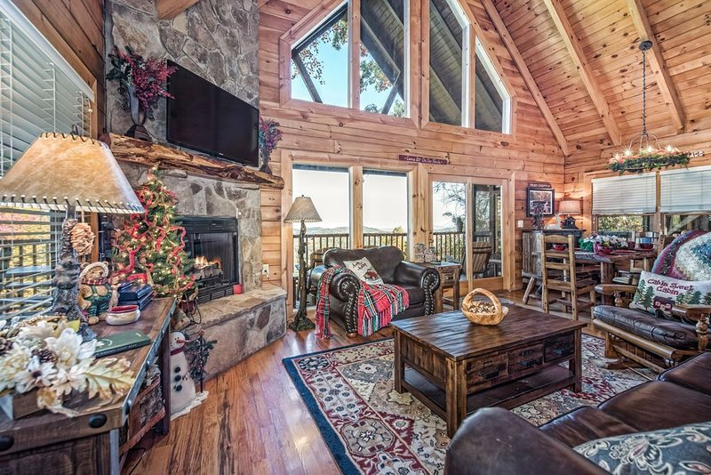 A BREATHTAKING VIEW! Gatlinburg / Pigeon Forge Cabin - minutes from everything!, holiday rental in Sevierville