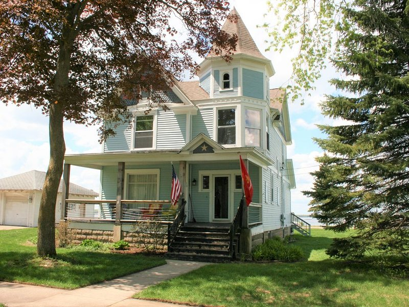 Large Historic Victorian Cottage With Panoramic Lake Missaukee Views, alquiler de vacaciones en Lake City