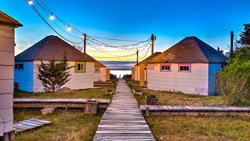 Newly renovated waterfront bungalow w/ king bed, kitchen, sunroom, deck,..., holiday rental in Westhampton