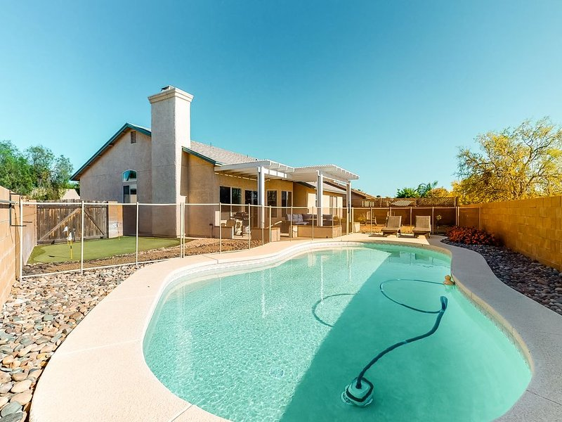 New listing! Dog-friendly home w/ private pool, putting green & mountain views!, holiday rental in Marana